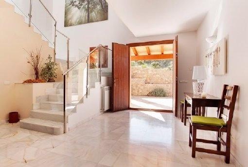 Luxuriöse Eingangshalle mit Treppenaufgang
