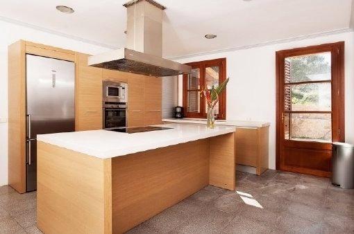 Einbauküche aus Holz mit Terrassenzugang