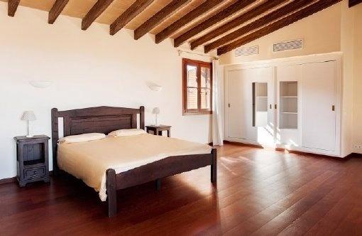 Traditionelles Schlafzimmer mit Einbauschrank