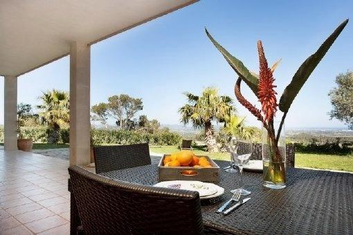 Überdachte Terrasse mit Blick in den weitläufigen Garten