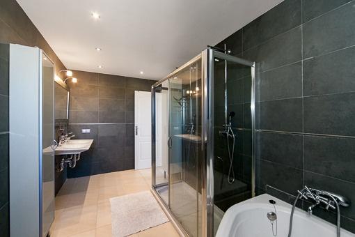 Großes und elegantes Bad