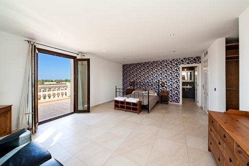 Großräumiges Hauptschlafzimmer mit Zugang zur Terrasse