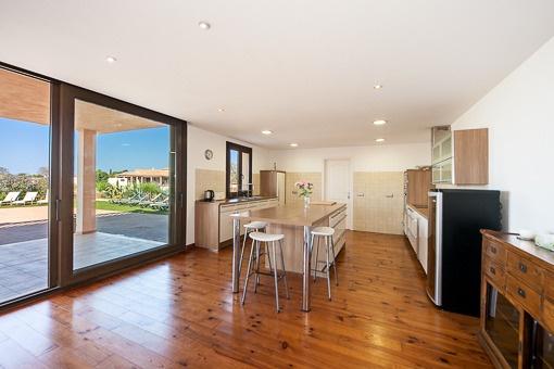 Küche mit Zugang zur Terrasse