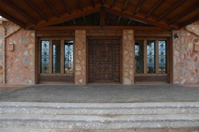 Überdachter und rustikaler Eingangsbereich