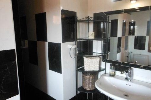 Modernes Badezimmer mit schwarzen Marmorfliesen