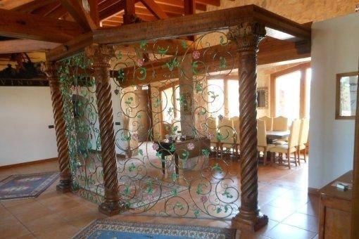Ausgefallene Trennwand mit Weinornamenten und verzierten Säulen