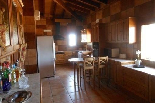 Rustikale Küche mit hölzernen Einbauschränken