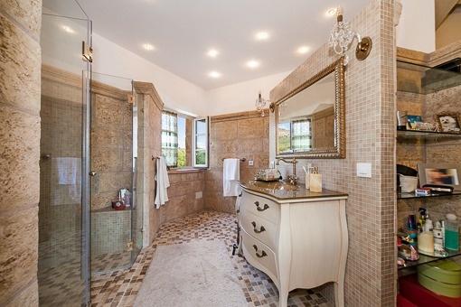Naturstein-Badezimmer mit Großraumdusche