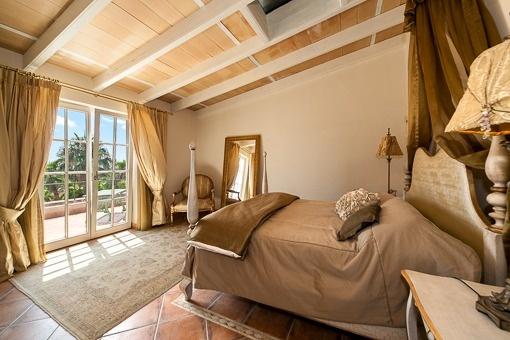 Helles und dekoratives Schlafzimmer mit Balkonzugang