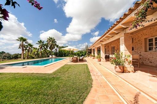 Mediterrane Gartenanlage mit Swimmingpool und automatischer Bewässerung