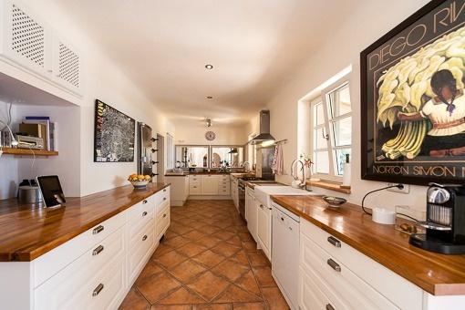 Große und helle Einbauküche mit Fliesenboden