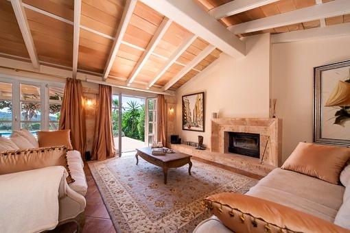 Einladender Wohnbereich mit Marmorkamin und Terrassenzugang