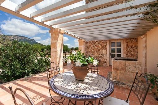 Bezaubernde Terrasse mit Pergola und Berglandschaft