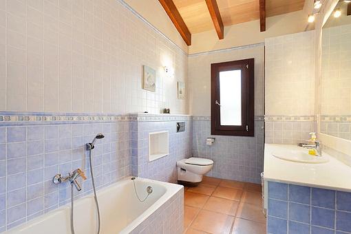 Badezimmer mit Badewanne in beruhigendem Blau