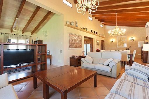 Tragende Deckenholzbalken, Fliesenböden mit abgestimmter Möblierung im Wohnzimmer