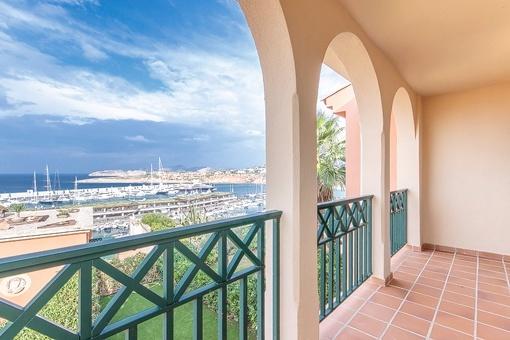 Terrasse mit beeindruckendem Blick auf Meer und Hafen