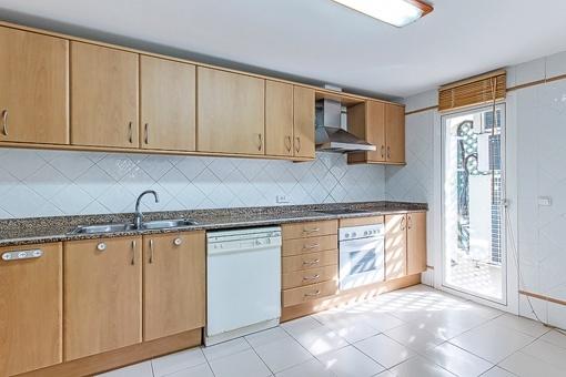 Voll ausgestattete Küche mit  Zugang zur Terrasse