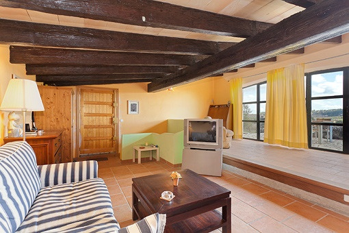 Wohnzimmer Mit Schöner Aussicht ~ Wohnzimmer Mit Holzbalken