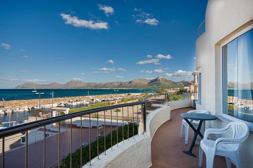 Wohnung direkt am Hafen von Son Serra de Marina mit sensationellem Meerblick über die Bucht