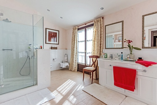 Helles Badezimmer mit Badewanne und Dusche