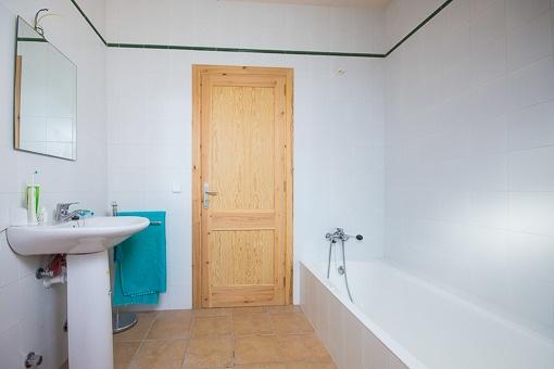 Eins von zwei Badezimmern
