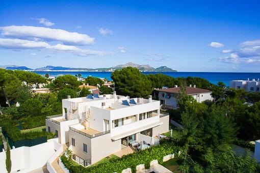 Moderne Doppelhaushälfte an der Playa de Muro mit direktem Zugang zum Strand