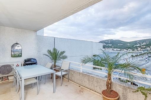 Großzügiger Balkon mit tollem Blick auf den Hafen