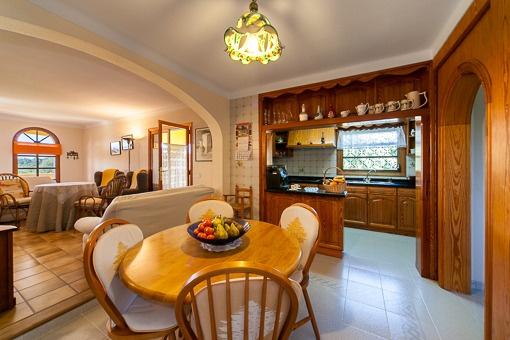Der Essbereich befindet sich direkt an der Küche