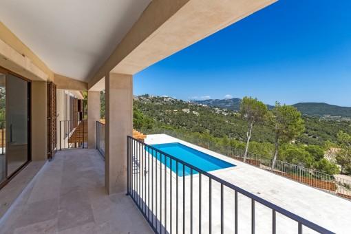 Blick von Balkon auf den Poolbereich