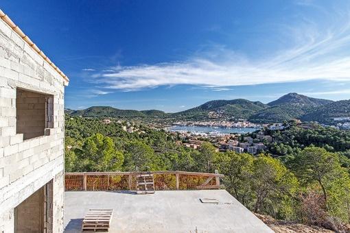 Villa im Rohbau mit großartigem Hafenblick in Puerto de Andratx
