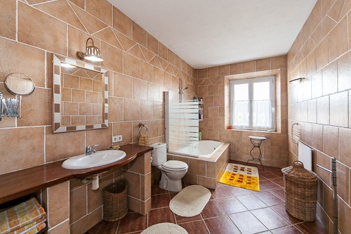 Großzüziges Badezimmer
