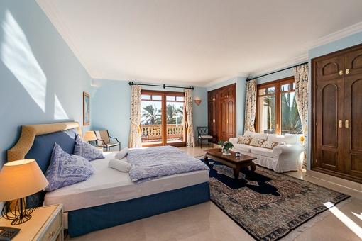 Großzügiges Schlafzimmer mit Balkon