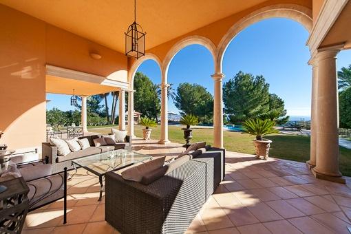 Überdachte Terrasse und Garten mit Pool
