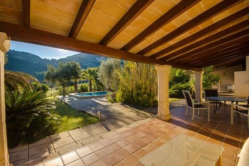 Blick auf den Pool von der überdachten Terrasse