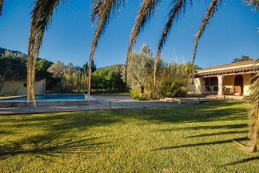 Swimmingpool umgeben vom gepflegten Rasen