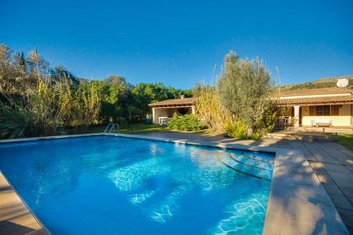 Blick vom Swimmingpool auf das Landhaus