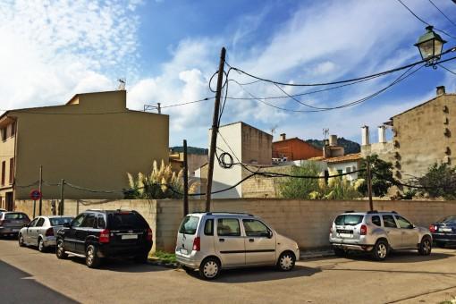Städtisches Baugrundstück mit Basisprojekt für den Bau von 6 Apartments am Ortsrand von Pollença