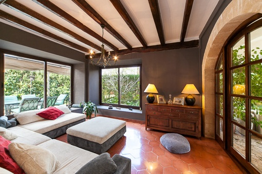 Wohnbereich mit bodentiefen Fenstern