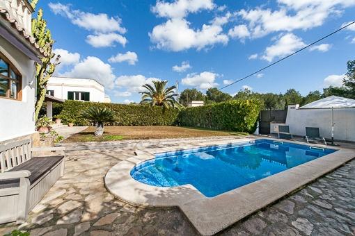 Schöner Poolbereich und Terrasse