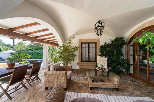 Überdachte Terrasse mit Loungeecke