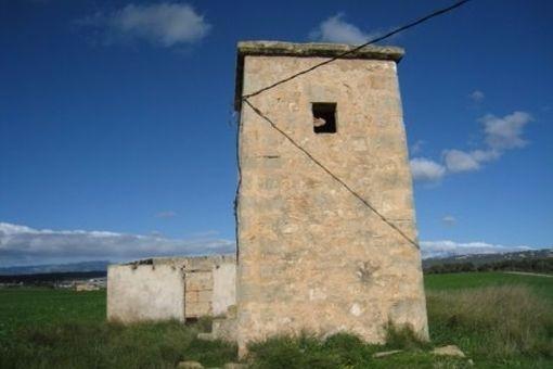 Eine mallorquinische Mühle befindet sich auf dem Geundstück