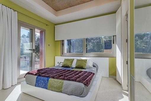 Helles Schlafzimmer mit direktem Balkonzugang