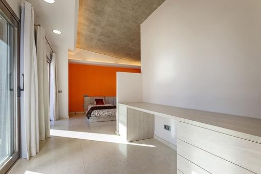 Modernes Schlafzimmer mit Ankleidebereich