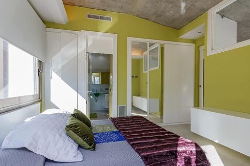 Kleines Schlafzimmer mit Kleiderschrank