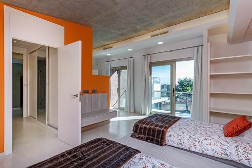 Großzügiges Gästeschlafzimmer mit Balkonzugang