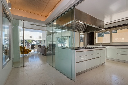 Elegante Küche mit Blick in den Wohnbereich