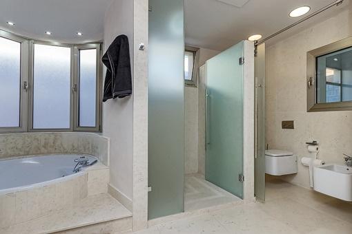 Badezimmer mit Tageslicht, Dusche und Badewanne