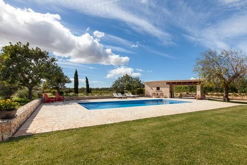 Swimming ist von einer Terrasse umgeben