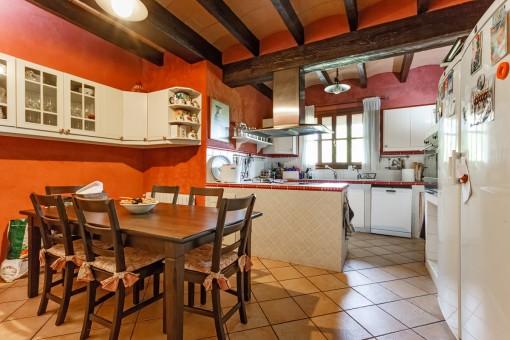 Offene Küche mit rustikalem Essbereich