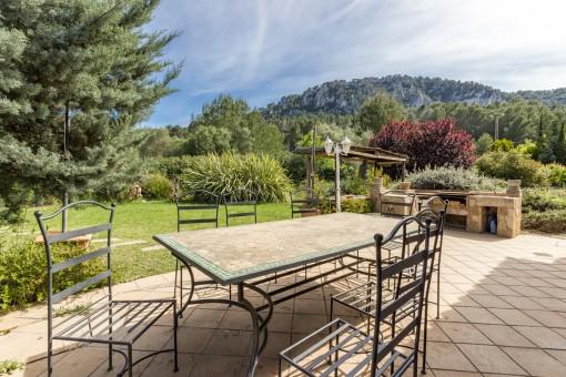 Idyllische Terrasse mit Gartenblick